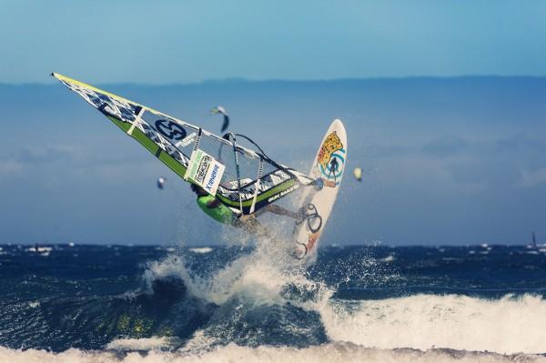 sport-vindsurf-serfing-okean-volna-tenerife-kanarskie-ostrova