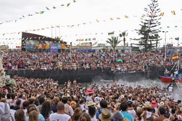 Narodny-e-prazdniki-na-Tenerife.-Prazdniki-Devy-Karmen-v-Pue-rto-de-la-Krus